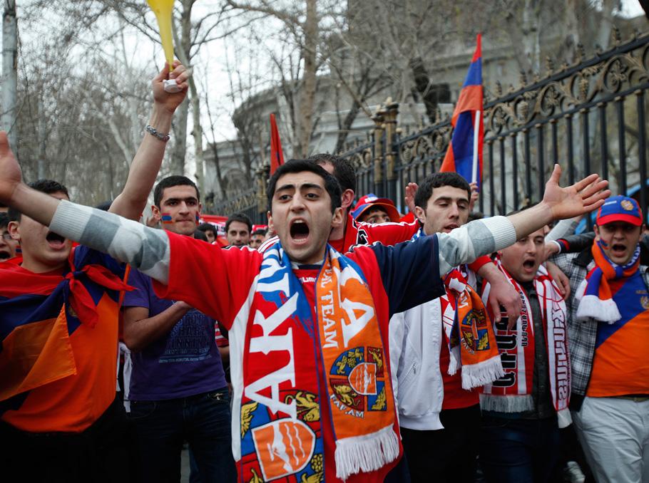 Armenian fans march to Vazgen Sargsyan Republican Stadium before a 2013 Armenia-Czech Republic match (Photo: Vahan Stepanyan/Pan Armenian Photo)